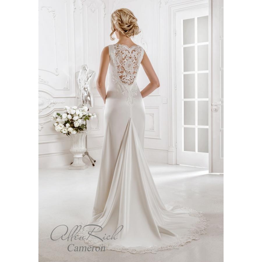 Atlasové svatební šaty v módním střihu Cameron